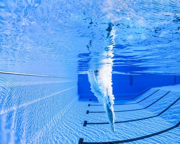 Atleta mergulhando em um poço de natação