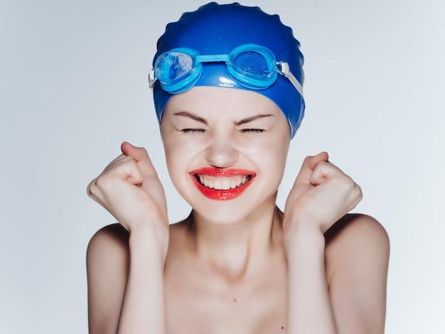 Atleta mulher com ombros nus, lábios vermelhos, profissional