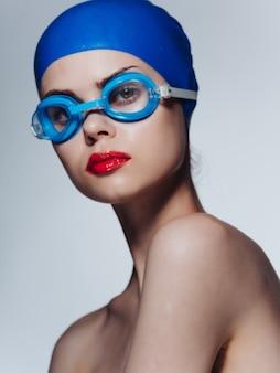 Atleta mulher com uma touca de natação isolado fundo