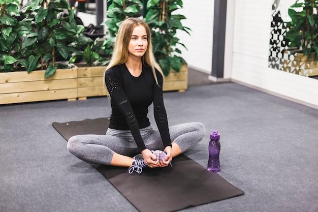 Atleta, mulher, prática, ioga, em, ginásio