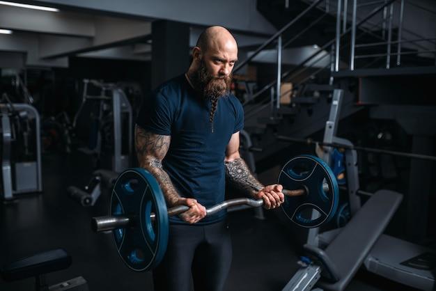 Atleta musculoso fazendo exercícios com barra