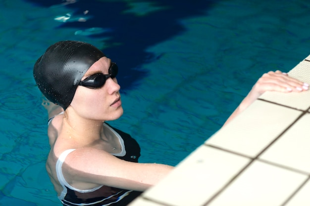 Atleta na piscina com óculos de proteção