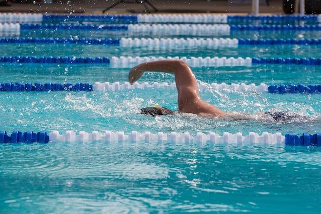 Atleta nadador nadando na competição de corrida