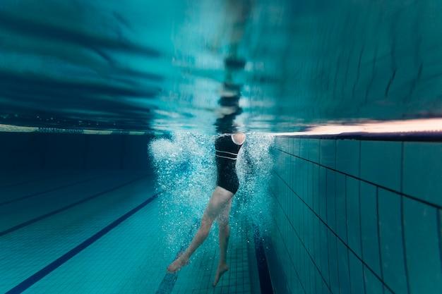 Atleta nadando de perto