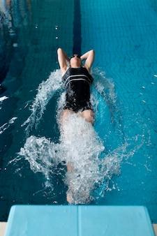 Atleta nadando na piscina tacada completa