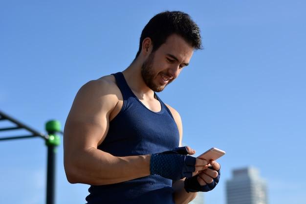 Atleta olhando para o seu celular