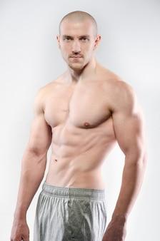 Atleta posando em branco em topless.