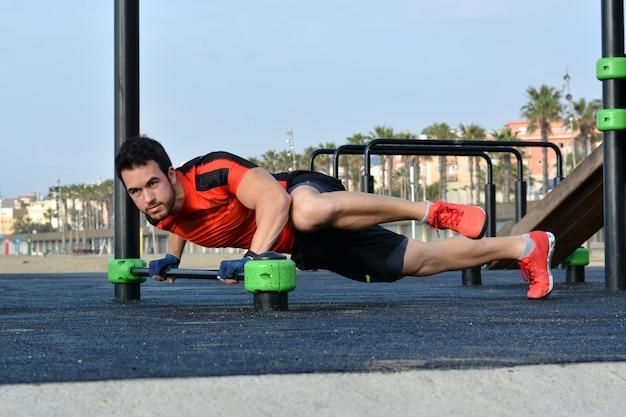 Atleta praticando exercícios de calistenia