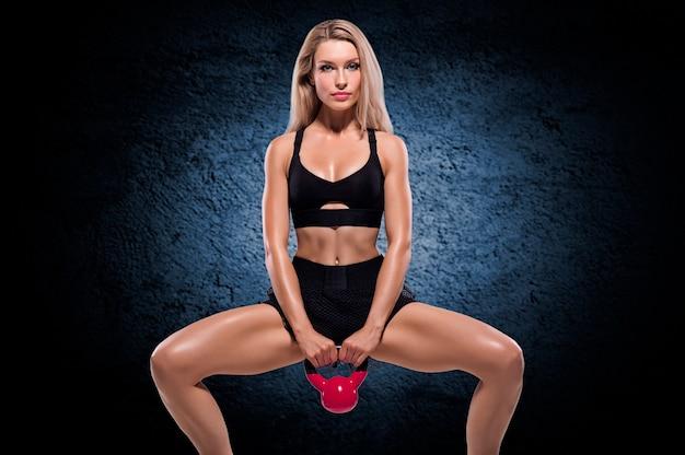 Atleta profissional agacha com peso. mídia mista