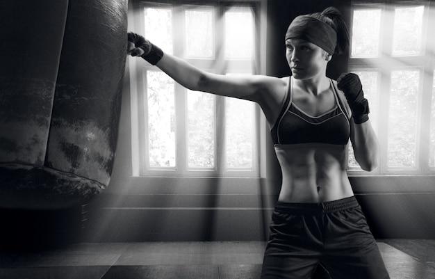 Atleta profissional treina um golpe na bolsa na academia