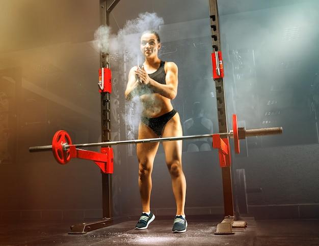 Atleta proposital bate palmas antes de realizar o exercício. mídia mista
