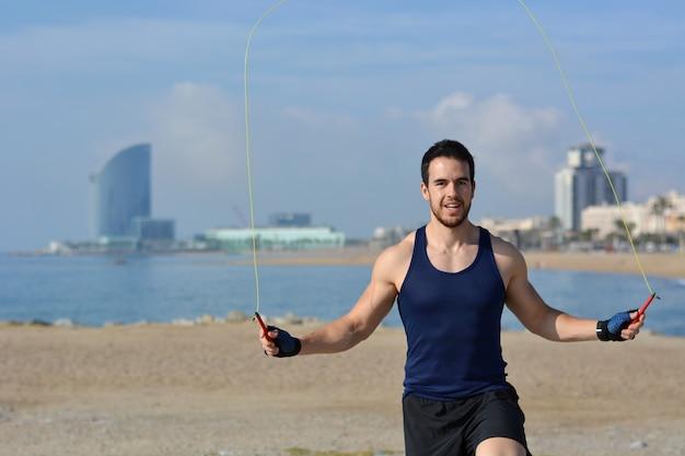 Atleta pulando corda na cidade