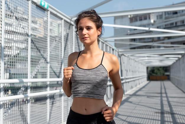 Atleta se exercitando ao ar livre