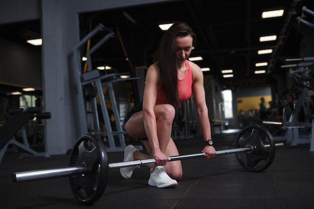Atleta se preparando para levantar pesos na academia