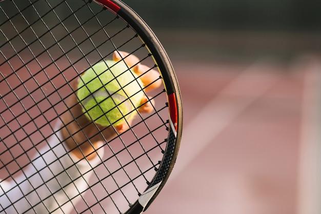 Atleta segurando uma raquete e uma bola