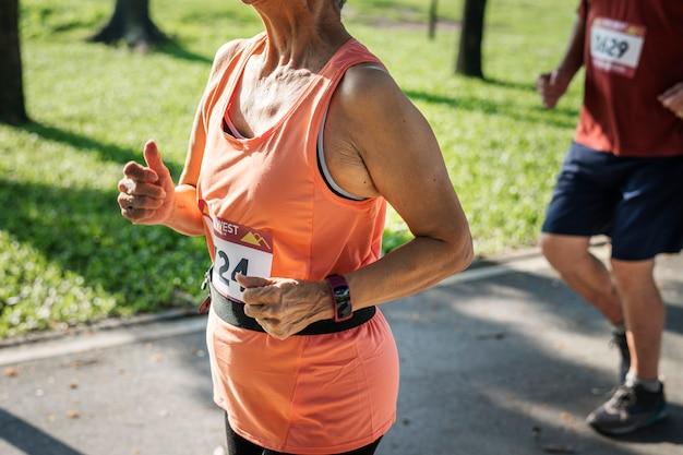Atleta sênior correndo no parque