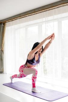 Atleta sexy fitness realiza exercícios nas nádegas no estúdio. musculação