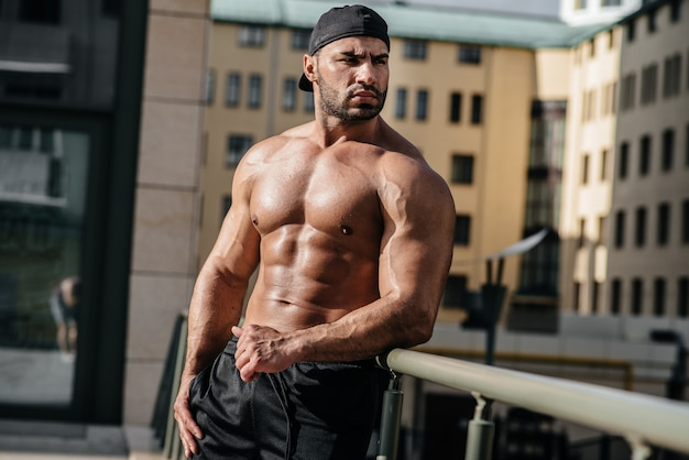 Atleta sexy posa de topless. europa.