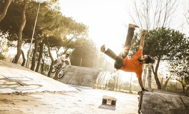 Atleta urbana realizando salto acrobático flip no skate park