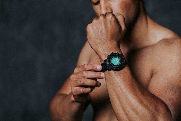 Atleta usando smartwatch na academia