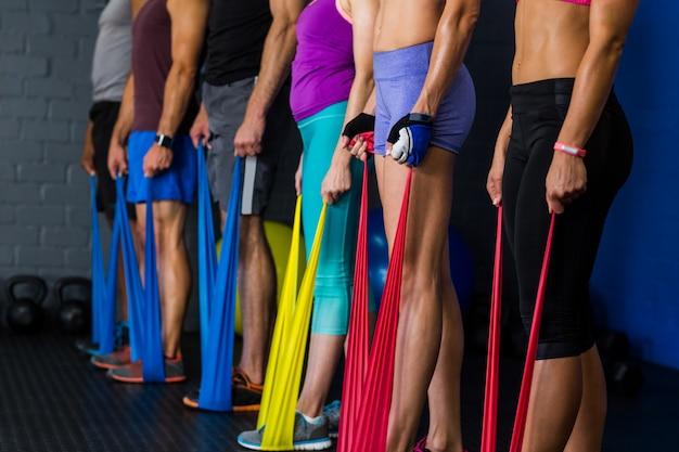 Atletas com banda de resistência no ginásio