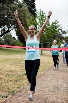 Atletas correndo corrida no parque