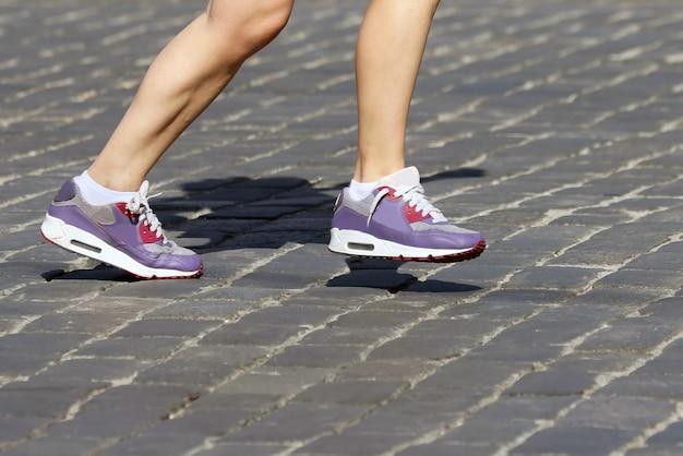 Atletas de corrida de pernas no curso. esporte e saúde