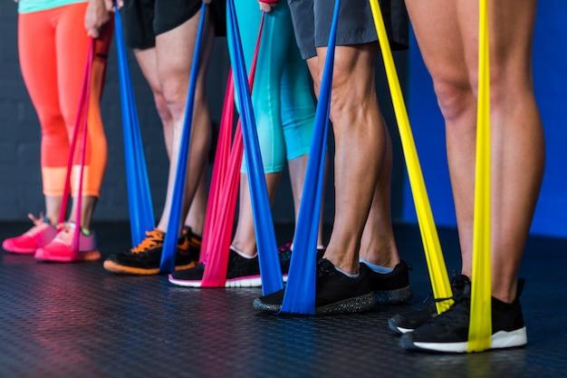 Atletas exercitando com banda de resistência no ginásio