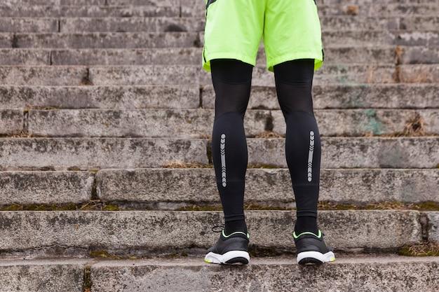 Atletas, pernas, escadas