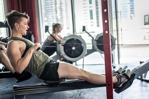 Atletas treinando em uma academia cross-fit