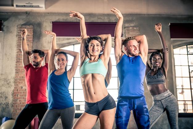 Atletas treinando em uma academia