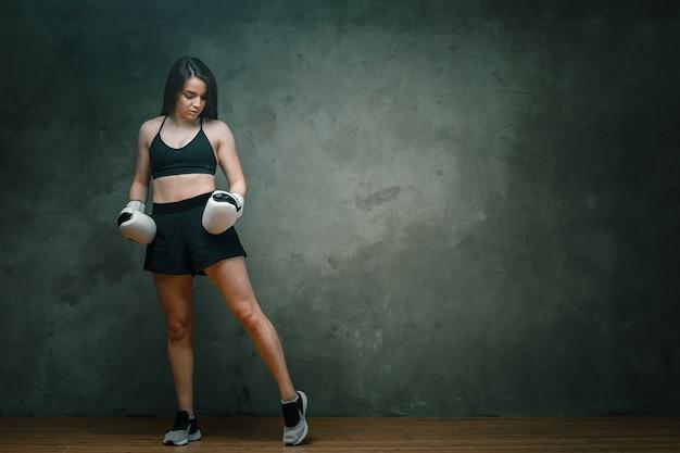 Atlética jovem boxeadora de shorts