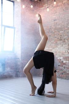 Atlética mulher fazendo alongamento ginástico