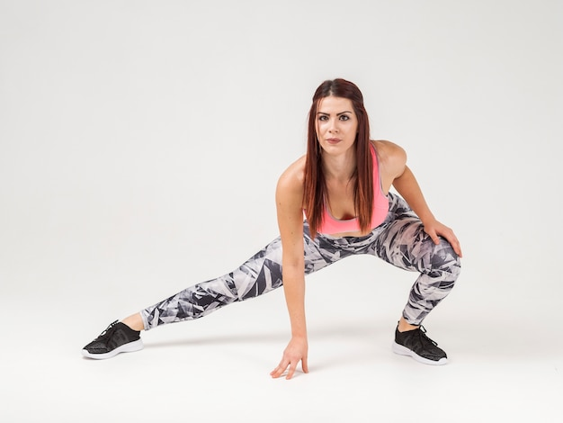 Atlética mulher posando com espaço de cópia