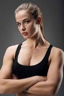 Atlética mulher posando no estúdio