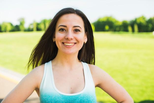 Atlética mulher praticando esporte ao ar livre