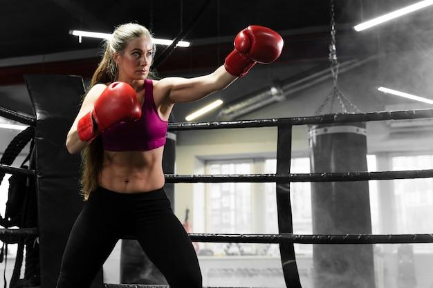 Atlética mulher treinando para uma competição de boxe