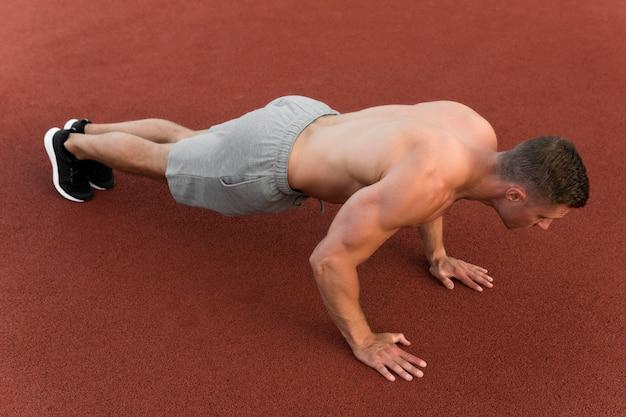 Atlético homem fazendo flexões