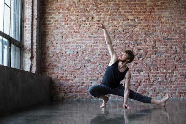 Atlético homem malhando fitness, yoga