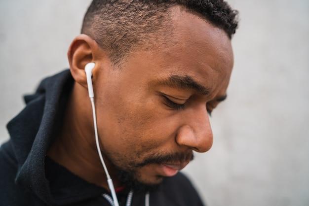 Atlético homem ouvindo música.