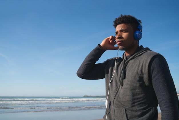Atlético homem ouvindo música