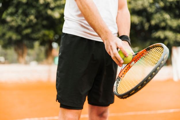 Atlético jovem rapaz jogando tênis