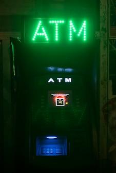 Atm luzes de néon para mudar o sinal de dinheiro