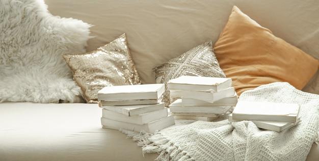 Atmosfera caseira acolhedora com livros no interior da sala.