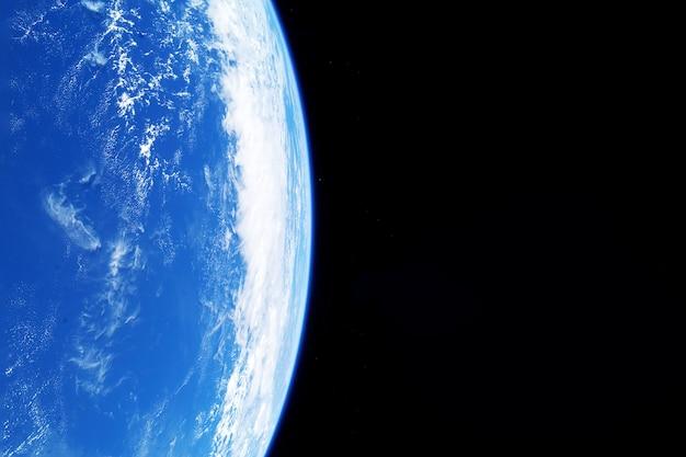 Atmosfera da terra vista do espaço, em um fundo escuro. os elementos desta imagem foram fornecidos pela nasa. foto de alta qualidade
