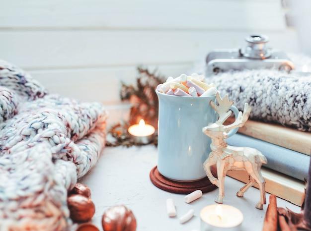 Atmosfera de ano novo e vela brinquedos de natal com uma xícara de café