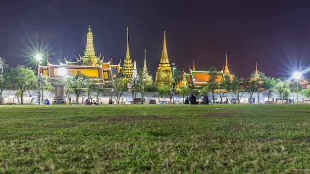Atmosfera de lamentadores tailandeses vestindo cor preta esperando na frente do grande palácio