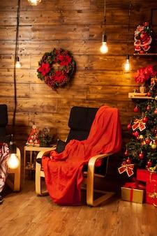 Atmosfera de natal em um belo design de casa. papai noel está chegando.