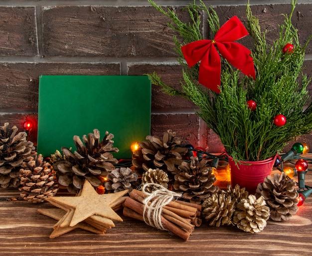 Atmosfera de natal ou ano novo composição em branco cartão pinhas cones guirlanda lugar para texto ...