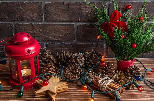 Atmosfera de natal ou ano novo composição pinhas guirlanda vela acesa biscoitos de gengibre ...